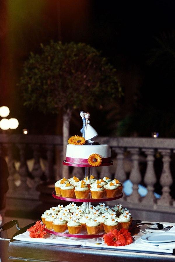 Tarta de boda con cupcakes naranjas